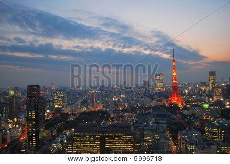 Stadtansicht Blick auf Metropole Tokio in der Dämmerung
