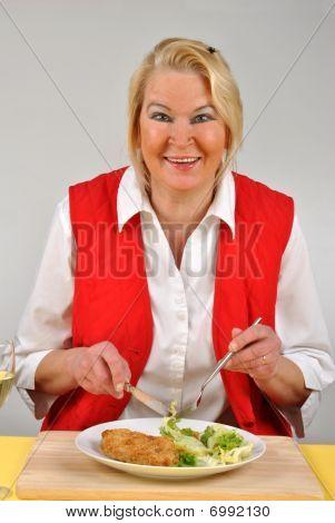 Mujer madura comiendo alimentos orgánicos y beber