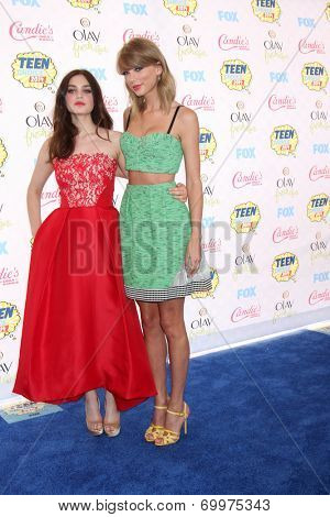 LOS ANGELES - AUG 10:  Odeya Rush, Taylor Swift at the 2014 Teen Choice Awards at Shrine Auditorium on August 10, 2014 in Los Angeles, CA