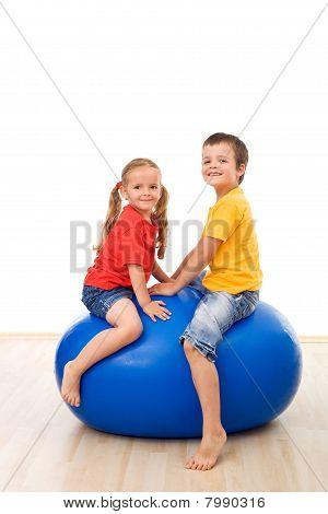 Crianças se divertir jogando com uma bola grande