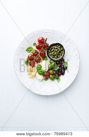 Mozzarella, parmesan, cherry tomatoes, olives and capers (antipasti)