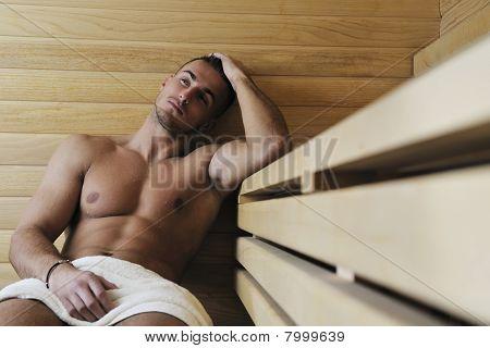 Hombre joven atractivo en Sauna