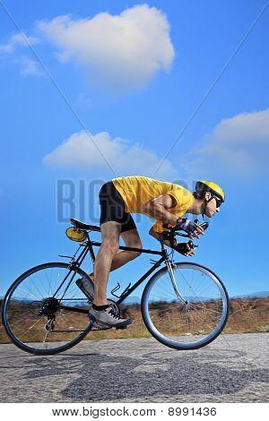 Radfahrer, die mit dem Fahrrad auf einer Landstraße