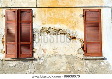 Red   Varano    Abstract  Sunny Day    Wood Venetian Blind In The Concrete  Brick